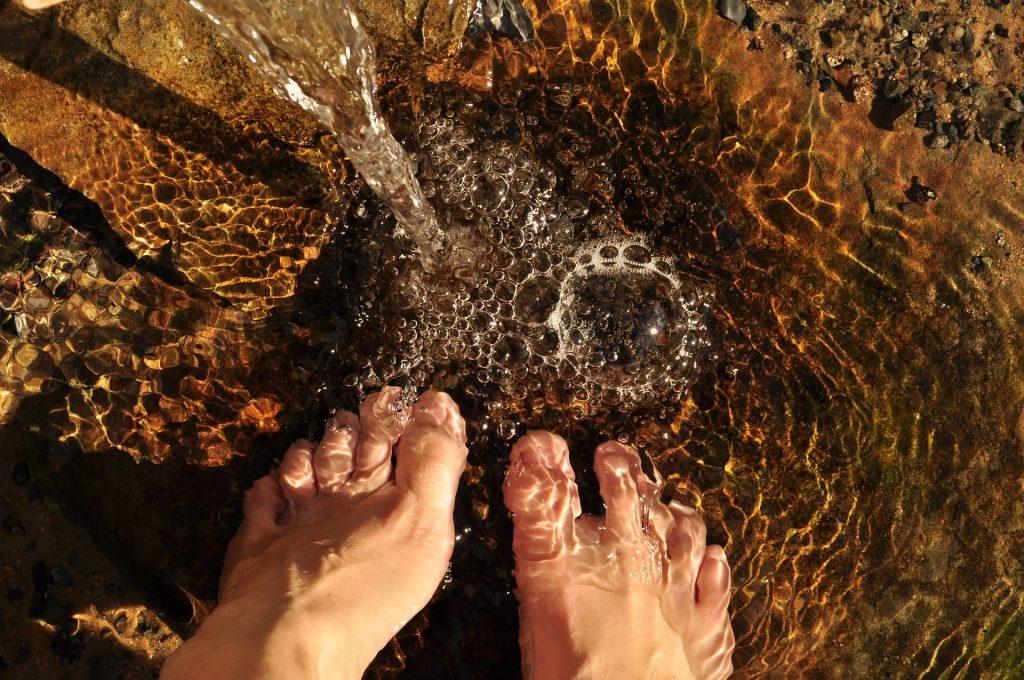 Füße baden im Wasser